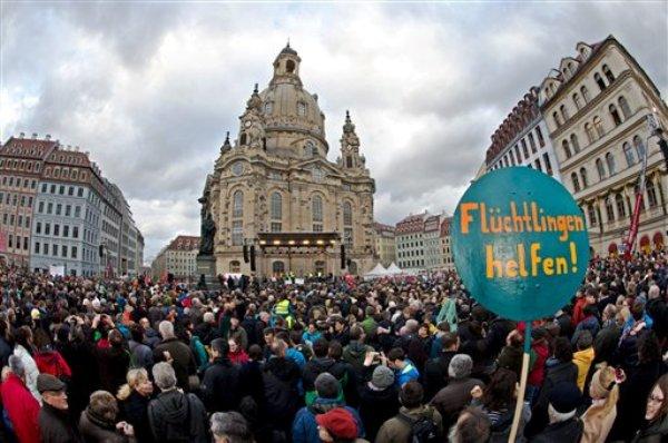Miles de personas participan en un mitin de rechazo al racismo en Dresden, oriente de Alemania, el sábado 10 de abril de 2015. (Foto AP/dpa, Arno Burgi)