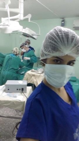 Catherine Cando en un quirófano mientras el cirujano Gustavo Behr realizaba una operación. Foto: Ecuavisa
