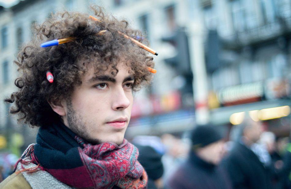 Un joven lleva lápices y bolígrafos en su cabeza durante la protesta en Bruselas, Bélgica, el 11 de enero de 2014, en favor de la libertad de expresión. EFE/EPA/STEPHANIE LECOCQ