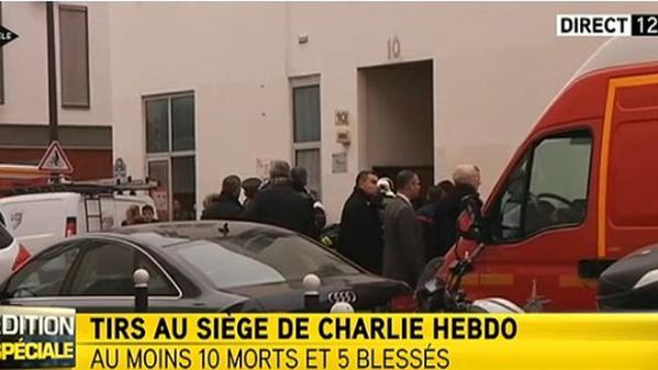 Afueras del diario parisino Charlie Hebdo, el 7 de enero de 2014.  Foto difundida en Twitter por el periodista Santiago Romero Ruiz-