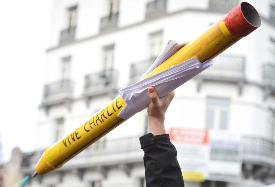 Un manifestante enarbola un lápiz en Bruselas, Bélgica, el 11 de enero de 2015, durante la marcha contra el ataque islamista a la revista francesas Charlie Hebdo. EFE/EPA/STEPHANIE LECOCQ