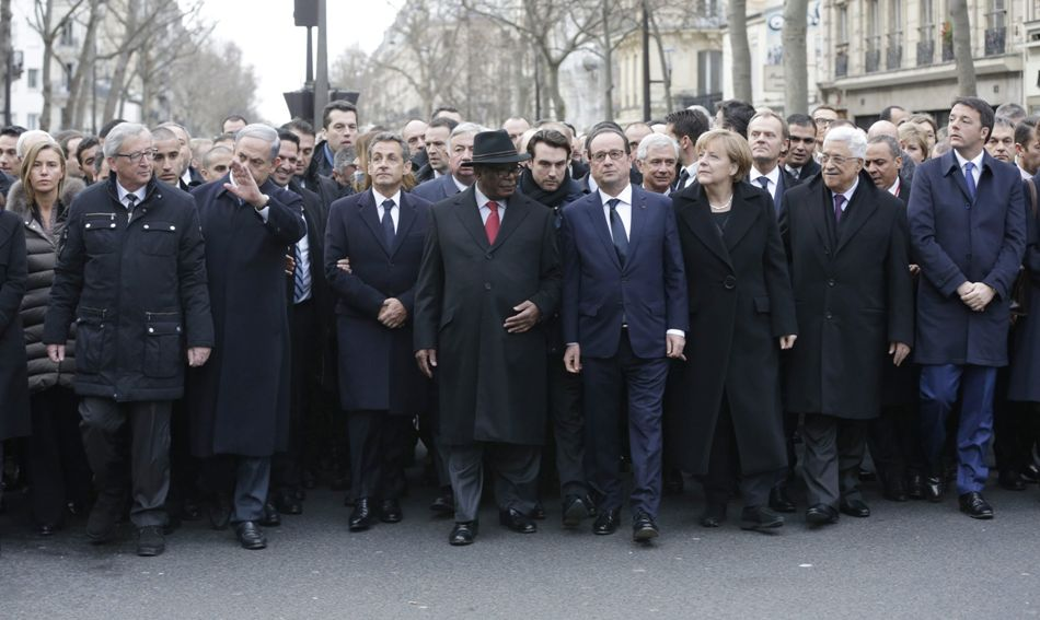 El Presidente de francia Francois Hollande encabeza la marcha por la libertad de expresión, en París, el 11 de enero, acompañado del Presidente de la Comisión Europea  Jean-Claude Juncker, el Primer Ministro de Israel Benjamin Netanyahu, el Presidente de Mali Ibrahim Boubacar Keita, la Canciller de Alemania Angela Merkel, el Presidente de Palestina Mahmoud Abbas y el Primer Ministro de Italia Matteo Renzi. EFE/EPA/PHILIPPE WOJAZER/