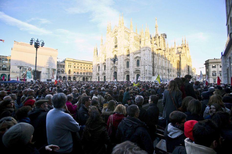 Miles de italianos en la Plaza del Duomo, en Milán, protestan por el asesinato de doce personas en el semanario Charlie Hebdo, en París, perpetrado el 7 de enero de 2014. EFE