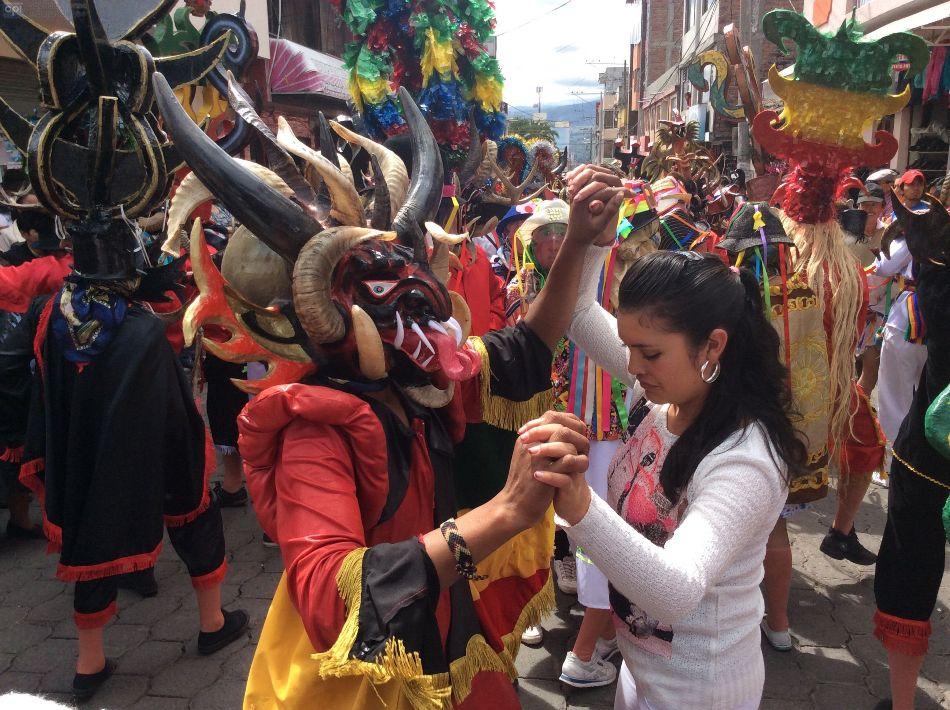 """Miles de jóvenes vestidos de diablos llegan al parque central de Pìllaro, en Tungurahua, a celebrar la fiesta de año nuevo, desde el mediodía del 1 de enero de 2015. La diablada, una tradición que data desde la Colonia, dura seis días. Los jóvenes exhiben unas máscaras espectaculares, las mejores del país en su género, hechas de papel engomado, con dientes y cachos de animales. Los diablos traen capas, pelucas, fuetes y animalitos vivos o muertos en la mano, que usan para asustar a los mirones. La tradición de la """"diablada"""" exige que quien se disfrazó una vez tendrá que bailar los doce años siguientes, sino quiere pasar las da Caín. Por el contrario cumplir con el rito trae buena fortuna. Foto de API"""