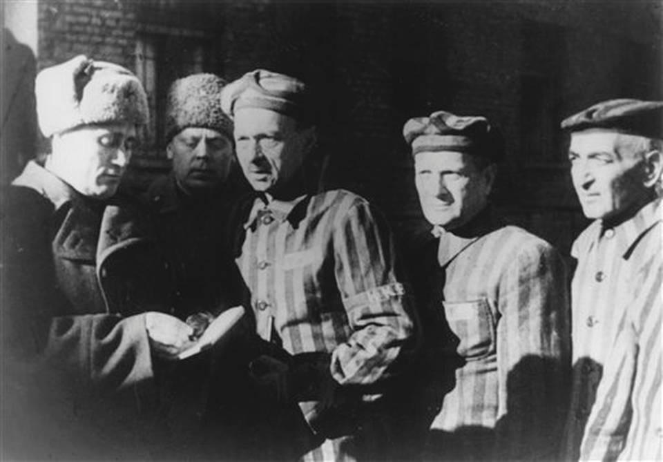 Soldados del ejercito rojo con prisioneros liberados del campo de