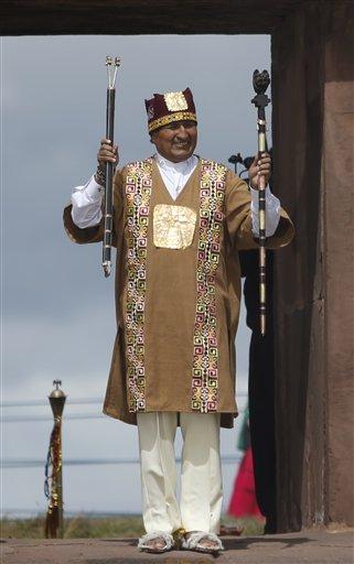 l presidente Evo Morales durante una ceremonia ritual andina en la que juró para un tercer mandato en un sitio arqueológico de Tiwanaku, Bolivia, el miércoles 21 de enero de 2015. (AP foto/Juan Karita)