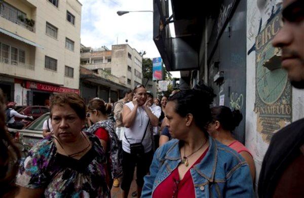 Clientes hacen fila afuera de un negocio de electrodomésticos para comprar mercadería con precios regulados en Caracas, Venezuela, el jueves  8 de enero de 2015.  El retraso del gobierno venezolano en la toma de medidas para hacer frente a la severa crisis económica que afronta el país hace que aumente la incertidumbre y el pesimismo entre la gente, que ya se prepara para los peores escenarios.(AP foto/Fernando Llano)