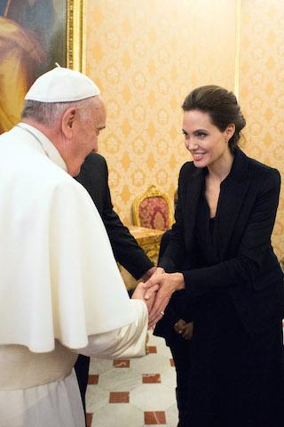 """El papa Francisco saluda a Angelina Jolie el jueves 8 de enero del 2015, luego que la actriz, directora y enviada especial de la ONU presentara en el Vaticano su película """"Unbroken"""". (AP Foto/L'Osservatore Romano)"""