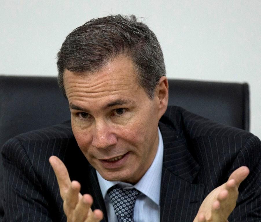 En esta imagen de archivo, tomada el 29 de mayo de 2013, Alberto Nisman, el fiscal encargado de investigar el ataque con bomba de 1994 a una mutual judía, habla con periodistas en Buenos Aires, Argentina. (Foto AP/Natacha Pisarenko, File)