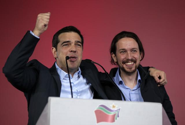En esta foto del jueves 22 de enero de 2015, Pablo Iglesias, derecha, líder del partido Podemos, de España, aparece junto a Alexis Tsipras, líder del partido Syriza, de Grecia, en Atenas. (AP Photo/Lefteris Pitarakis)