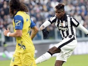Foto de archivo. El atacante del Juventus Paul Pogba dispara a gol en el partido contra el Chievo Verona que se jugó el domingo 25 de enero de 2015. (Foto AP/Massimo Pinca).