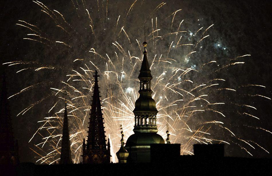 Fuegos artificiales iluminan el cielo sobre el castillo de Praga en Praga, República Checa, en la primera noche del año nuevo, hoy, jueves 1 de enero de 2015. Los fuegos artificiales son una tradición en Praga en la noche del primer día de cada año nuevo. EFE/Filip Singer