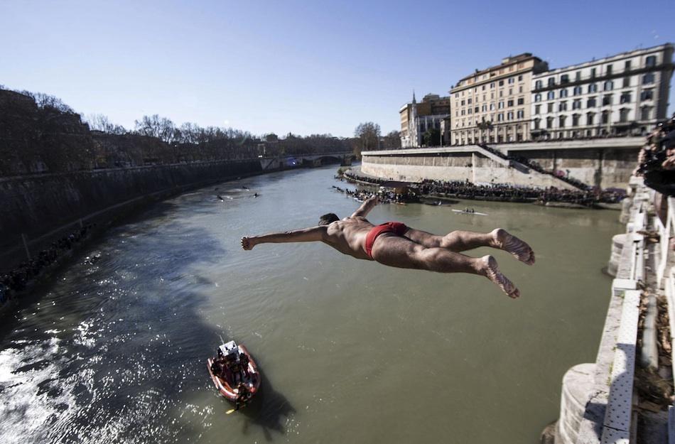 El ciudadano se lanza al Tíber desde el Ponte Cavour para celebrar la llegada del nuevo año en Roma (Italia) hoy, jueves 01 de enero de 2015. Es una tradición de Año Nuevo lanzarse desde el puente de 15 metros de alto al río romano. EFE/Massimo Percossi