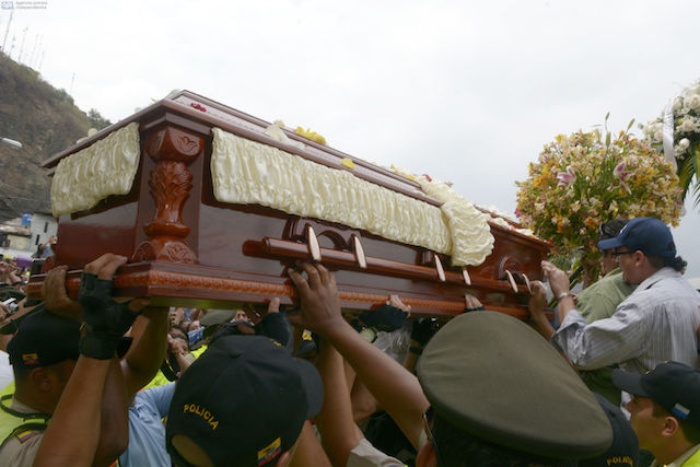 Los restos de Sharon ingresando al Parque de la Paz de Durán. Foto: Marcos Pin / API
