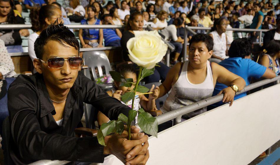 Admiradores de la cantante Sharon esperan sus restos en el Coliseo Cerrado de Guayaquil, la noche del 4 de enero de 2014.