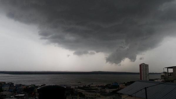 Foto tuiteada por la usuaria @_ZoY_, la tarde del 17 de enero de 2014, desde el Cerro del Carmen, en Guayaquil.