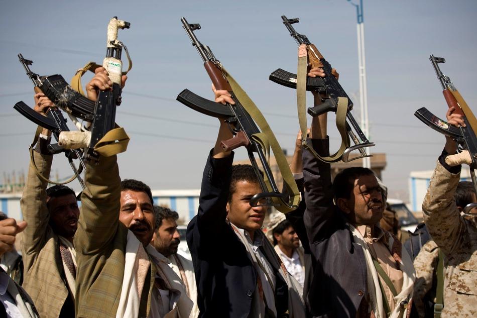 Rebeldes chiíes Huthi levantan sus armas cerca del palacio presidenial de Saná, la capital de Yemen, el 19 de enero de 2015. (Foto AP/Hani Mohammed)