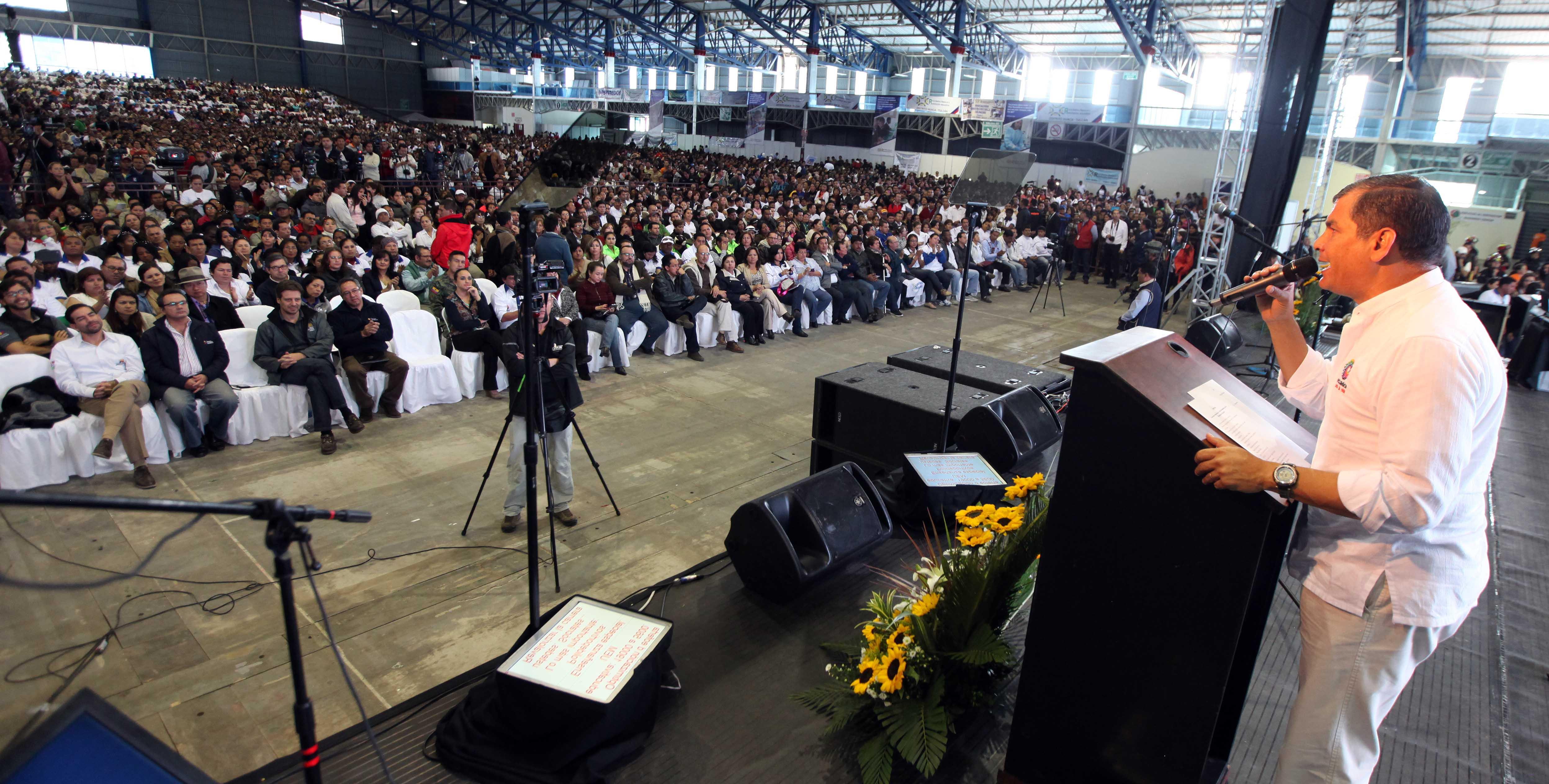 Pomasqui (Pichincha), 07 feb 2015.- El presidente Rafael Correa asistió esta mañana, a la asamblea constitutiva de la Red de Maestros y Maestras de la Revolución Educativa; este evento se dio al noroccidente de Quito y en la actividad participan más de 10.000 personas de todo el país. Estuvieron presentes la presidenta de la Asamblea Nacional, Gabriela Rivadeneira; los ministros de Educación, Augusto Espinosa, Coordinador de Talento Humano, Guillaume Long y otros miembros del Gabinete. Foto: Santiago Armas/ Presidencia de la República