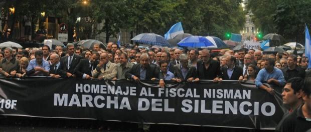 Personas participan en una marcha en homenaje de Alberto Nisman, miércoles 18 de febrero de 2015, por la avenida de Mayo en Buenos Aires (Argentina). EFE/ENRIQUE GARCÍA
