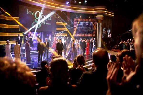 Actores y actrices cantan al inicio de la ceremonia de entrega de los premios Goya del cine español en Madrid, el sábado 7 de febrero de 2015. (AP Foto/Daniel Ochoa de Olza)