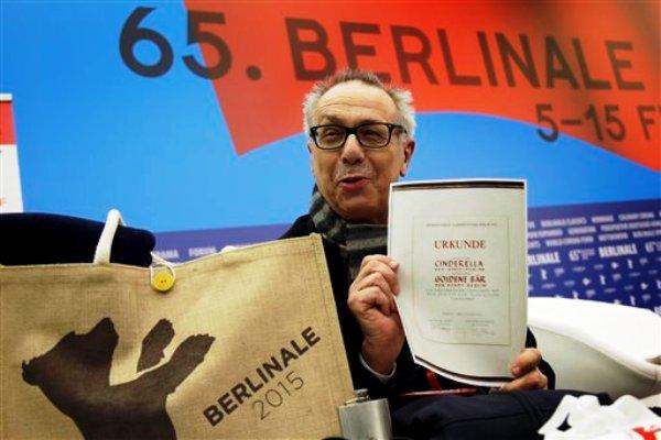 Dieter Kosslick, director del Festival Internacional de Cine de Berlín, posa con una copia de un certificado del Oso de Oro por los 65 años del festival, durante una conferencia de prensa en Berlín el martes 27 de enero del 2015. La Berlinale será del 5 al 15 de febrero en la capital alemana. (AP Foto/Michael Sohn)
