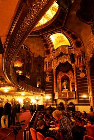 """Asistentes a una función de la Opera de Nueva York en el Teatro St. George en el distrito de Staten Island de Nueva York en una fotografía del 4 de octubre de 2008. El Teatro St. George se inauguró en 1929 como un recinto para cine y teatro de vodevil en el que se presentaron artistas como Al Jolson, Kate Smith y Guy Lombardo. Su gran interior tiene un estilo barroco español e italiano con candelabros elaborados, balcones de hierro forjado, techos y paredes cubiertas con intrincados adornos de yeso y un mural de una corrida de toros. Recientemente fue usado como locación para la película """"The Humbling"""" de Al Pacino. (Foto AP/Staten Island Advance, Bill Lyons)"""