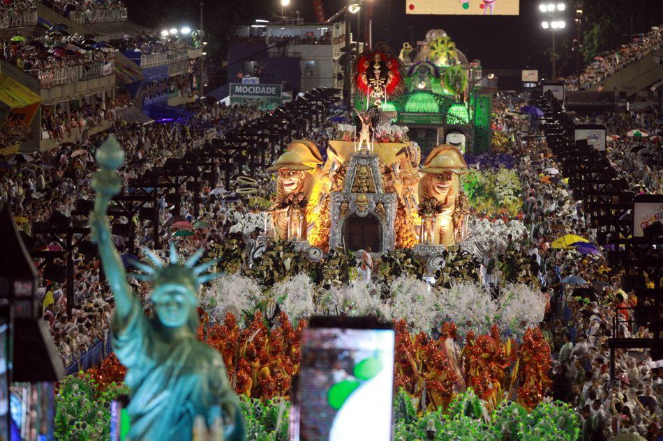 Miembros de la escuela de Samba Mocidade Independente de Padre Miguel se presentan hoy, domingo 15 de febrero de 2015, durante su desfile en el sambódromo de Río de Janeiro (Brasil), en el primer día de los desfiles de carnaval de las escuelas de samba del grupo especial. EFE/Luiz Eduardo Perez
