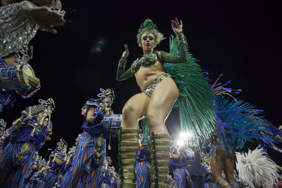 """Integrantes de la escuela de samba del Grupo Especial Unidos de Vila Maria desfilan hoy, sábado 14 de febrero de 2015, durante la celebración de la segunda jornada de carnaval en el sambódromo de Anhembí en Sao Paulo (Brasil). Los directores artísticos de la tradicional escuela de samba del barrio Vila María, en la zona norte de la mayor ciudad brasileña, hicieron un homenaje a la piedra símbolo de los sesenta años de la formación, que celebra en 2015 sus """"bodas de diamante"""". EFE/Bosco Martín"""
