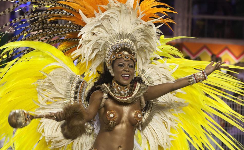 """Integrantes de la escuela de samba Imperio de Casa Verde, cuya comparsa seguía el lema con el samba """"!Soñadores del mundo, vamos a unirnos!, durante la segunda jornada de los desfiles del Carnaval de Sao Paulo (Brasil), anoche en el sambódromo de Anhembi. EFE/Bosco Martín"""