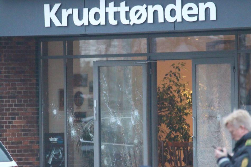 Policías patrullan el exterior de un café después de que hubo un tiroteo en Copenhagen, el sábado 14 de febrero de 2015. EFE