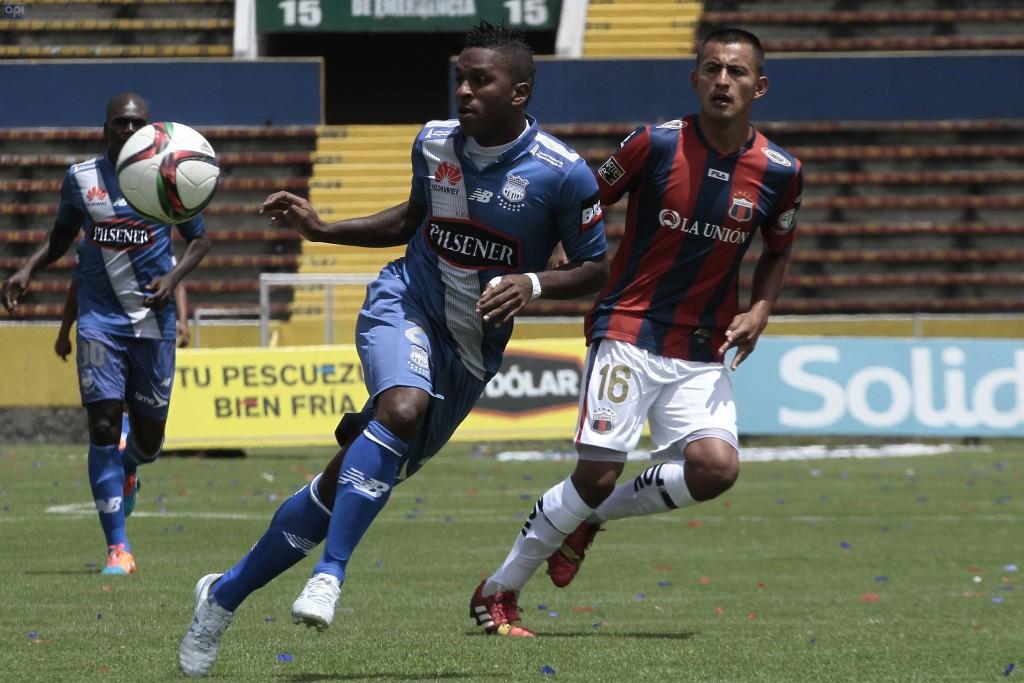 QUITO 1 DE FEBRERO DEL 2015. Deportivo Quito vs Emelec. En la foto Roberto Castro (Quito) y Miller Bolaños (Emelec). FOTOS API / JUAN CEVALLOS.