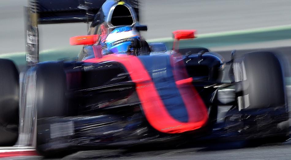 El español Fernando Alonso, piloto de McLaren Honda conduce su monoplaza en los tests del Circuit de Catalunya en Montmeló, España, domingo 22 de febrero de 2015. Alonso, sufrió el un aparatoso accidente en el circuito de Montmeló, cerca de Barcelona, donde estaba participando de las jornadas de tests de la Fórmula Uno y fue trasladado a un hospital. (AP Foto/Manu Fernández)