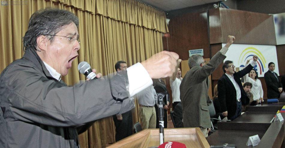 Guillermo Lasso, dirigente de CREO, acudió al Consejo Nacional Electoral el 11 de febrero de 2015, para solicitar formularios que permitan llevar a cabo una consulta popular en la cual se pregunte al pueblo si se desea o no la reelección idefinida. FOTOS API / JUAN CEVALLOS.