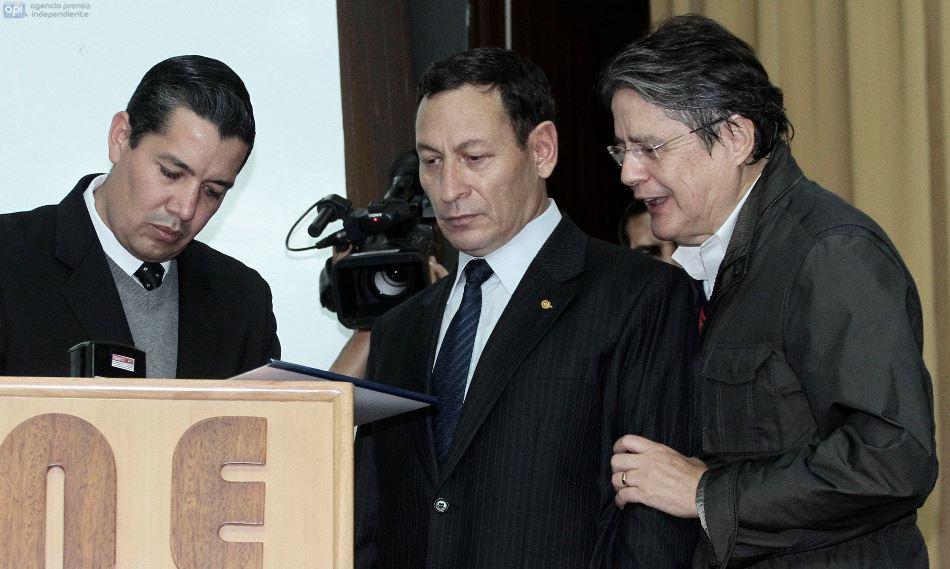El coronel César Carrión, en el momento de presentar la pregunta de Compromiso Ecuador al Consejo Nacional Electoral, junto a Guillermo Lasso. API/Juan Cevallos
