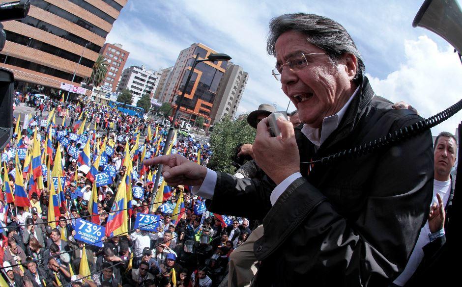 Guillermo Lasso, el 11 de febrero de 2015, en las afueras del Consejo Nacional Electoral. API/Juan Cevallos