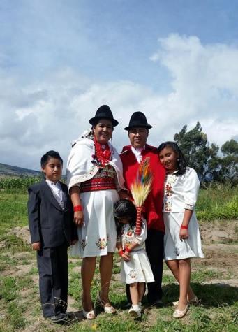 Lourdes Tibán, su marido Raúl Ilaquiche, y sus tres hijos, el día de su matrimonio, el 14 de febrero de 2915.  Foto colgada en el Facebook de Tibán.