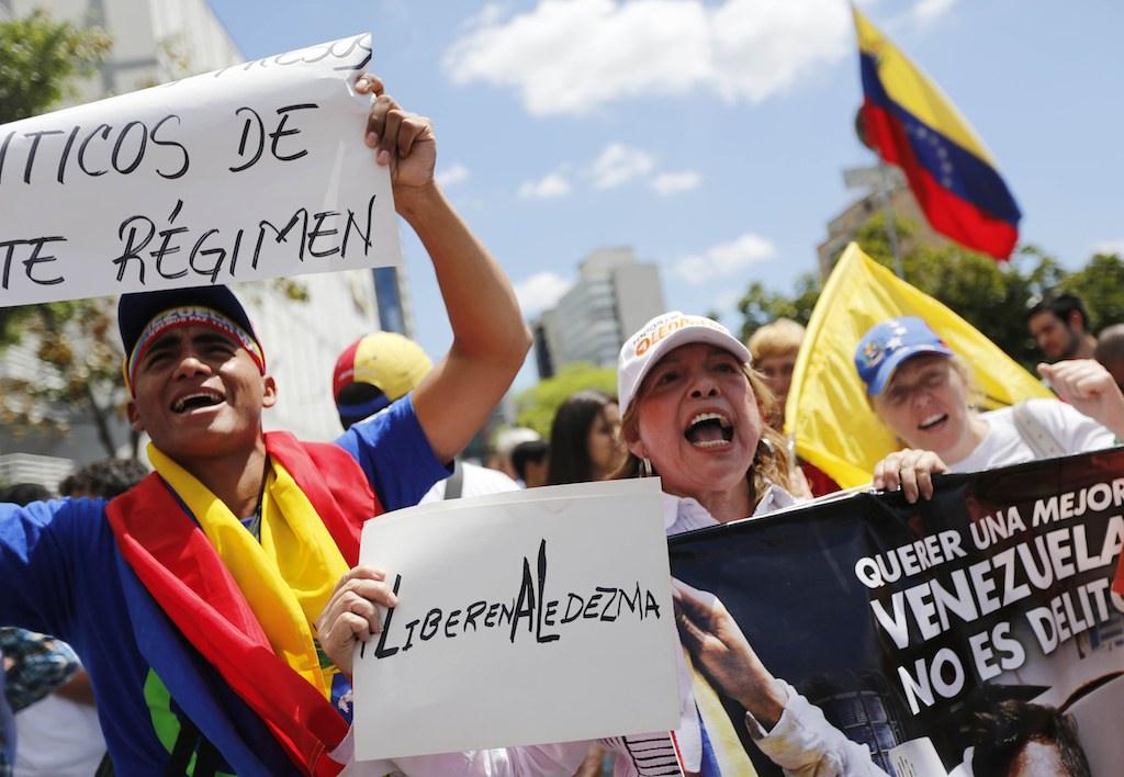 Manifestantes reclaman la liberación del alcalde de Caracas Antonio Ledezma. Foto: AP/Ariana Cubillos.