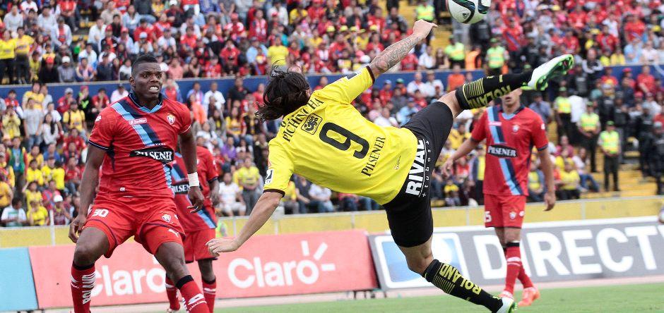 QUITO 21 DE FEBRERO DEL 2015. Nacional vs Barcelona, EN la foto Geovany Caicedo (NAcional) y Ismael Blanco (Barcelona). FOTOS API/JUANCEVALLOS.