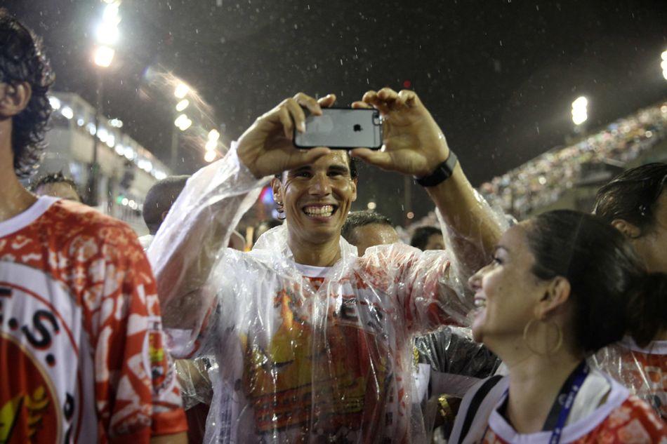El tenista español Rafael Nadal (c) toma fotografías hoy, domingo 15 de febrero de 2015, durante el desfile de la escuela de Samba Unidos do Viradouro, en el sambódromo de Río de Janeiro (Brasil), en el primer día de los desfiles de carnaval de las escuelas de samba del grupo especial. EFE/ Marcelo Sayão