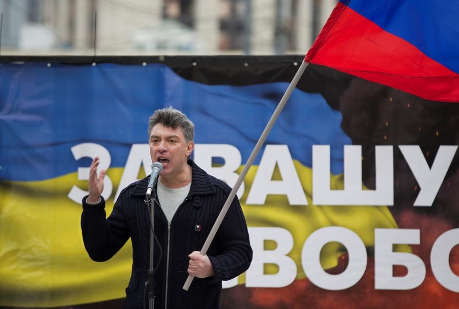 El ex viceprimer ministro ruso convertido en dirigente opositor, Boris Nemtsov, pronuncia un discurso ante simpatizantes en Moscú durante una protesta contra la política del mandatario Vladimir Putin en Ucrania, el sábado 15 de marzo de 2014. Nemtsov fue asesinado a balazos en Moscú, el sábado 28 de febrero de 2015, según las autoridades. (AP Foto/Alexander Zemlianichenko)