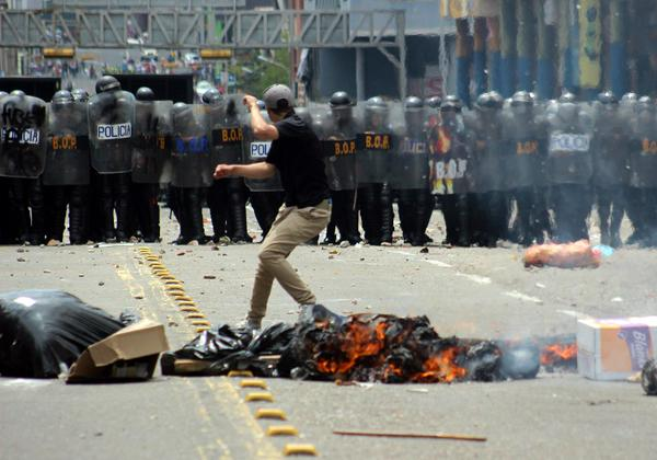 Miembros de la Guardia Nacional Bolivariana (GNB) vigilan durante una movilización de opositores hoy, jueves 12 de febrero de 2015, en recuerdo de los fallecidos hace un año al término de una manifestación de la oposición, lo que dio inicio a un ola de protestas antigubernamentales, algunas violentas, que dejaron un saldo oficial de 43 muertos, en Caracas (Venezuela). Tras concentrarse en la conocida plaza de las Tres Gracias, en el suroeste capitalino, la manifestación se movilizó en dirección a la cercana iglesia de San Pedro, templo al que no pudieron llegar debido a un cordón de seguridad formado por la Guardia y Policía Nacional Bolivariana que custodiaba el lugar. EFE/Miguel Gutiérrez
