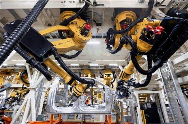 otografía de archivo del 11 de noviembre de 2014 de robots remachando parte de la carrocería de una camioneta Ford F-150 modelo 2015 en una fábrica de Dearborn, Michigan. (Foto AP/Paul Sancya, Archivo)