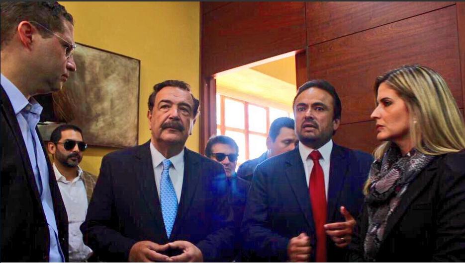 Los alcaldes de Quito y Guayaquil, Mauricio Rodas y Jaime Nebot, en Cuenca, con el Prefecto de Azuay, Paul Carrasco, acompañados de la vicealcaldesa de Guayaquil, Doménica Tabacchi. Foto tuiteada por Paul Carrasco.