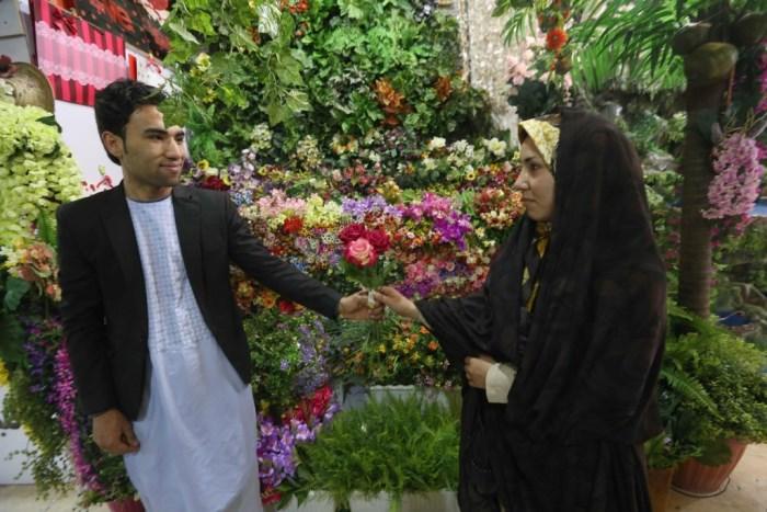 Pareja afgana en una tienda de flores. Foto: yucatan.com.mx/