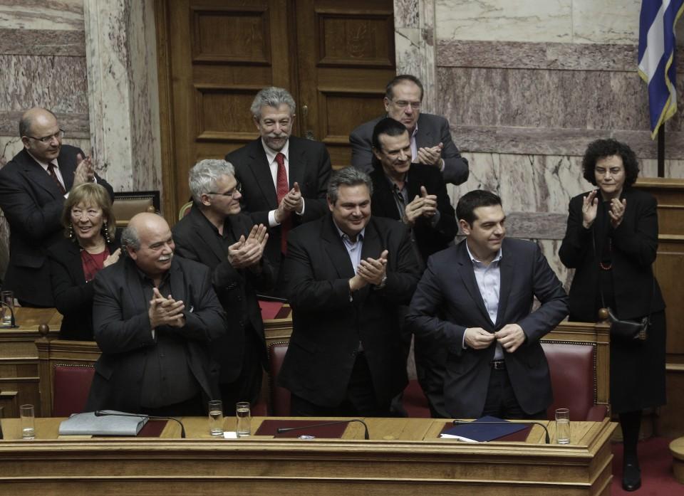 El primer ministro Alexis Tsipras (2d) recibe reconocimientos después de una votación hoy, martes 10 de febrero de 2015, en el Parlamento griego en Atenas (Grecia). El Parlamento griego dio hoy su confianza al nuevo Ejecutivo de Alexis Tsipras, tras un debate de tres días sobre el programa de Gobierno, cuyo eje central es la lucha contra la crisis humanitaria, la corrupción y la evasión fiscal. La votación salió adelante con el apoyo de los 162 diputados de Syriza y Griegos Independientes, los partidos de la coalición de Gobierno, mientras toda la oposición votó en contra, en una Cámara con 300 parlamentarios. EFE/YANNIS KOLESIDIS