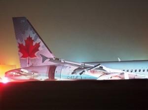 Un Airbus A-320 de Air Canada se derrapó en la pista del aeropuerto de Halifax el domingo 29 de marzo de 2015 debido al mal clima. Autoridades informaron que 23 personas resultaron lesionadas, ninguna de gravedad. (Foto AP/The Canadian Press, Andrew Vaughan)