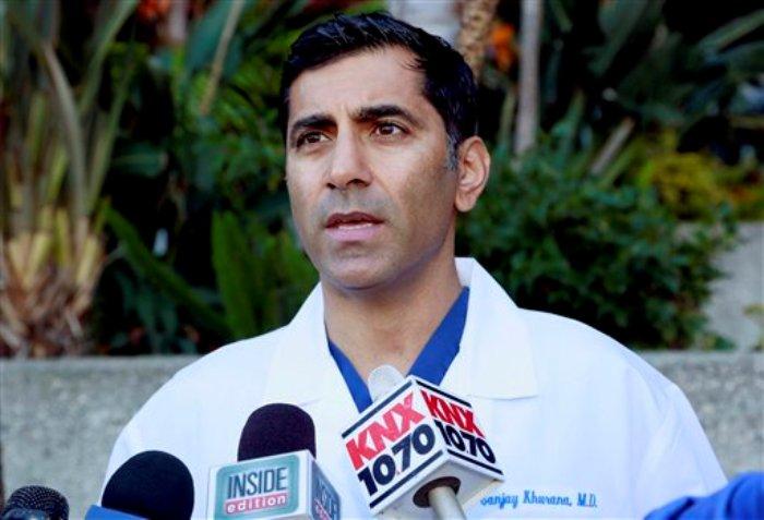 El médico Sanjay Khurana charla con reporteros en su oficina en Marina Del Rey, California, el viernes 6 de marzo de 2015. Khurana fue de las primeras personas en auxiliar al actor Harrison Ford después de que tuviera un aterrizaje de emergencia el jueves. (Foto AP/Nick Ut)