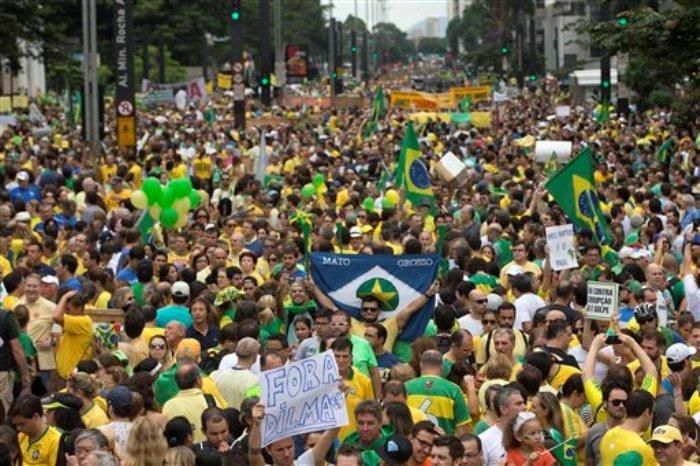 En esta imagen del 15 de marzo de 2015, manifestantes participan en una protesta que exige la destitución de la presidenta Dilma Rousseff por el escándalo de corrupción en que supuestamente se desvió dinero de la petrolera estatal Petrobras, en Sao Paulo, Brasil. Esta manifestación fue la mayor que se ha realizado en Sao Paulo en más de tres decenios, desde las protestas de 1984 que exigieron elecciones democráticas después de una larga dictadura. (Foto AP/Andre Penner)