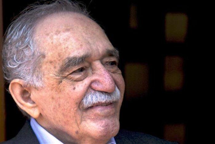 En esta foto del 6 de marzo del 2014, el Nobel de Literatura colombiano Gabriel García Márquez saluda a admiradores congregados afuera de su casa en el día de su 87o cumpleaños, en la Ciudad de México. La Fundación para el Nuevo Periodismo Iberoamericano, creada por García Márquez, celebra sus 20 años de vida. (AP Foto/Eduardo Verdugo, Archivo)