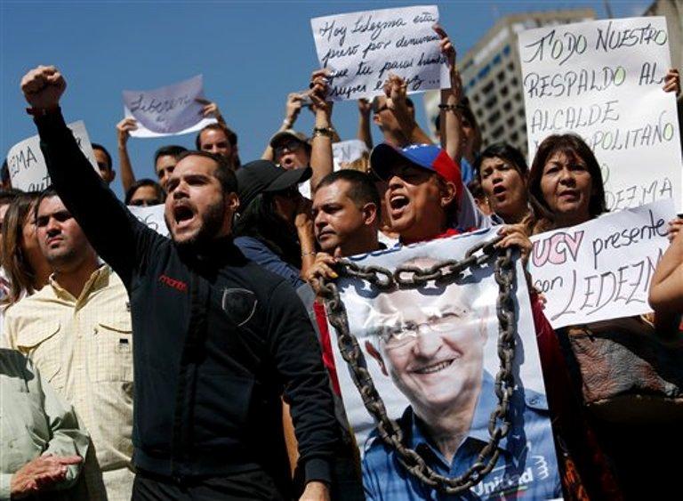 Manifestantes reclaman la liberación del alcalde de Caracas Antonio Ledezma durante una protesta en la capital venezolana el viernes 20 de febrero de 2015. Ledezma, acérrimo crítico del gobierno de Nicolás Maduro, fue detenido el jueves por decenas de agentes policiales por su presunta participación en un complot contra el mandatario.(AP foto/Alejandro Cegarra)